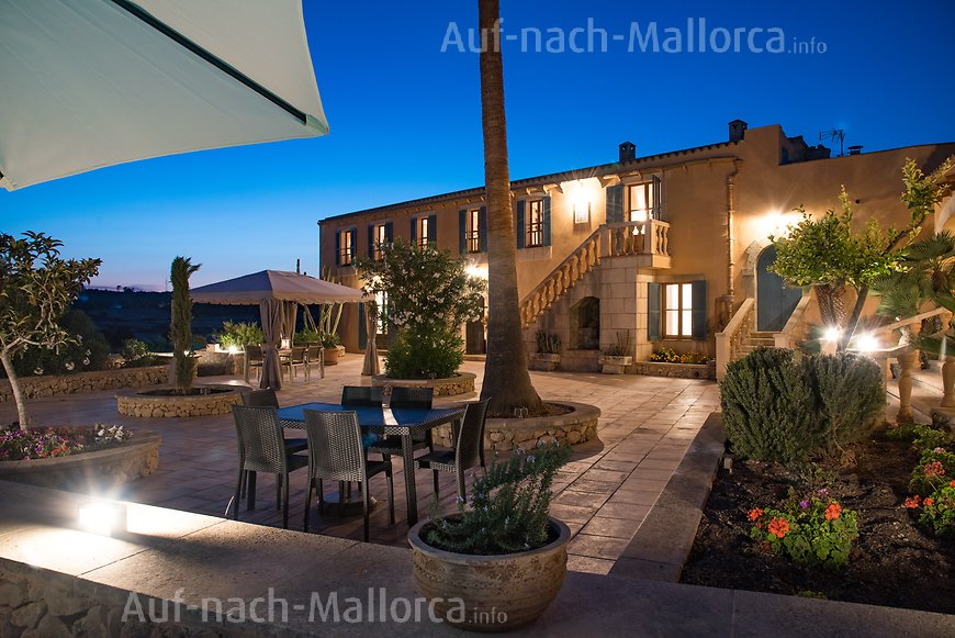 Finca Sa Real: Grosse Terrasse am Abend